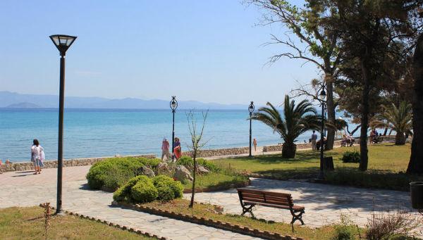 Парк с набережной у моря в Греции