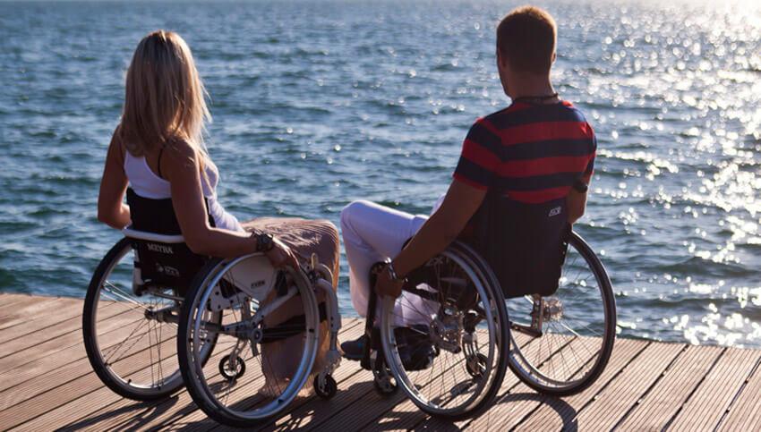 Отдых у набережной моря для людей с ограниченными возможностями